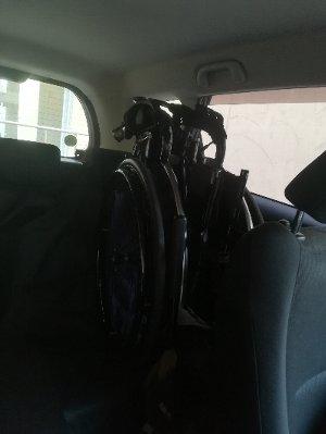 ペット用ドライブシートを敷いた自動車後部座席に車椅子を積載したところ