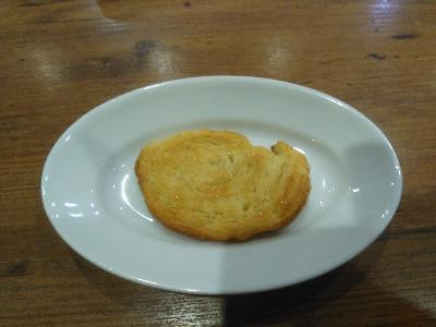 皿にシュガートーストが1個乗っている画像