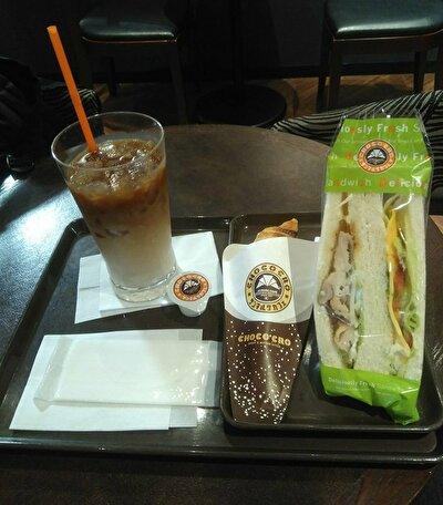ハニーマスタードチキン&野菜サンドと塩ミルクチョコクロとアイスカフェラテの画像