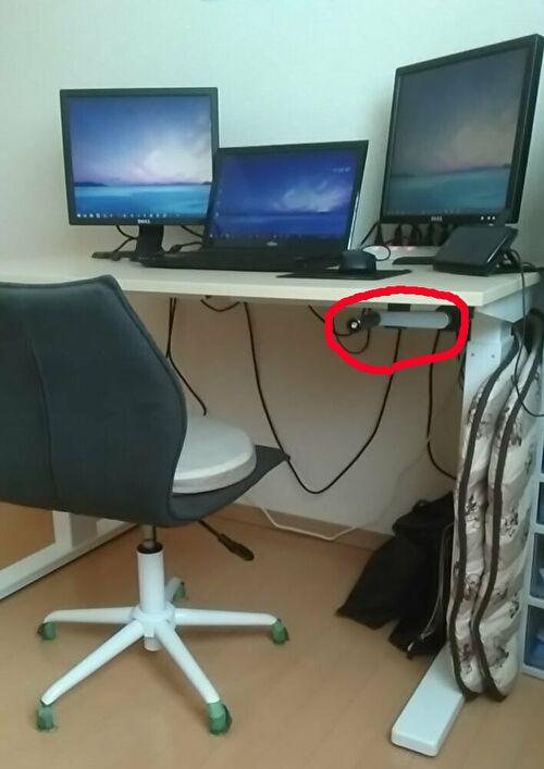 座りポジションのデスクの画像