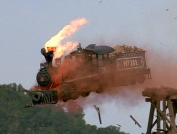 実際に1/4スケールの模型を爆破して撮影した機関車