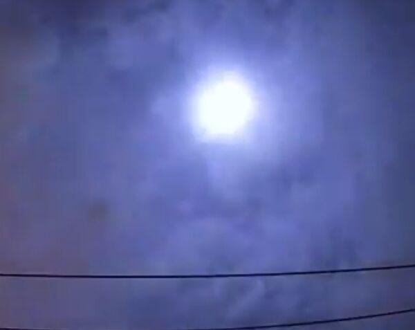まぶしく光り輝く火球の画像