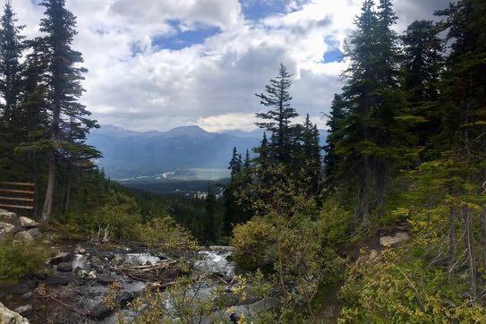レイクアグネスから遠くレイクルイーズスキー場を眺める。トランスカナダハイウェイが横切り周りは緑の木々が広がる。