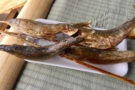 香ばしく焼かれた鮎が皿の上に乗っている。