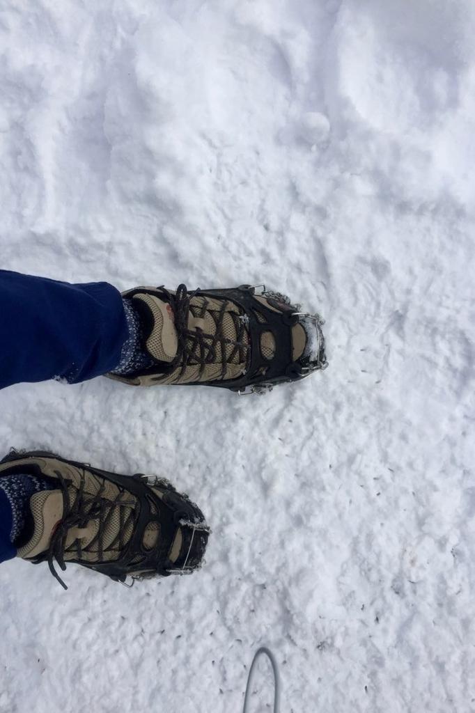 アイゼンをつけたトレッキングシューズで雪道を歩く。