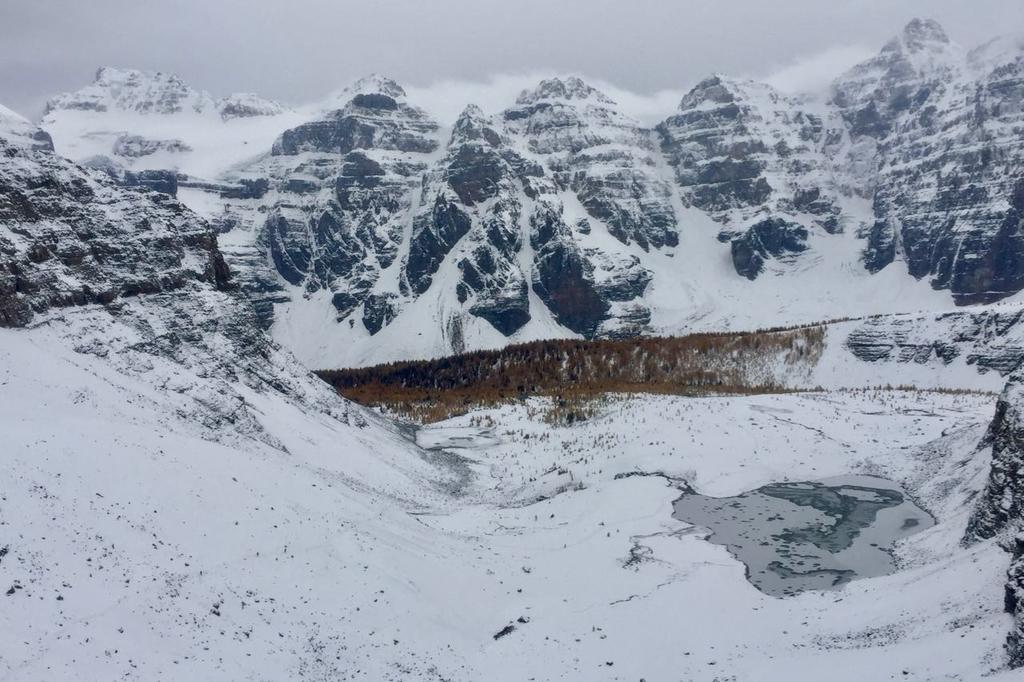 センチネルパスの途中から見下ろす雪に覆われたラーチバレイとテンピークス。