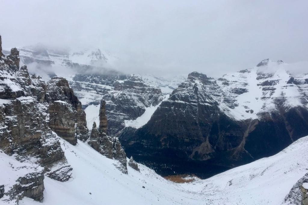 センチネルパス山頂から見る雪に覆われた反対側の峰。