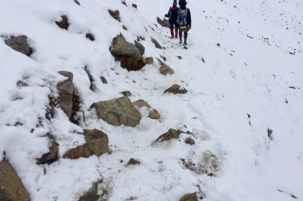センチネルパスの雪に覆われた山道に石が転がっている。
