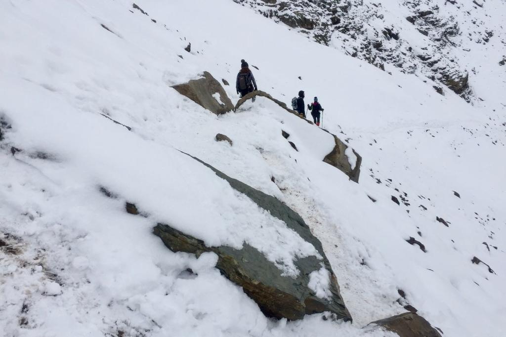センチネルパスの雪に覆われた細い山道に岩がせり出している。