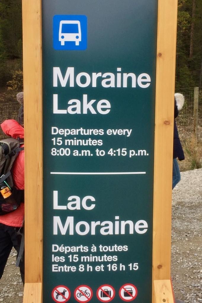 看板にモレーンレイク行きのシャトルバスの概要が書いてある。8時から4時15分まで15分間隔での運行。