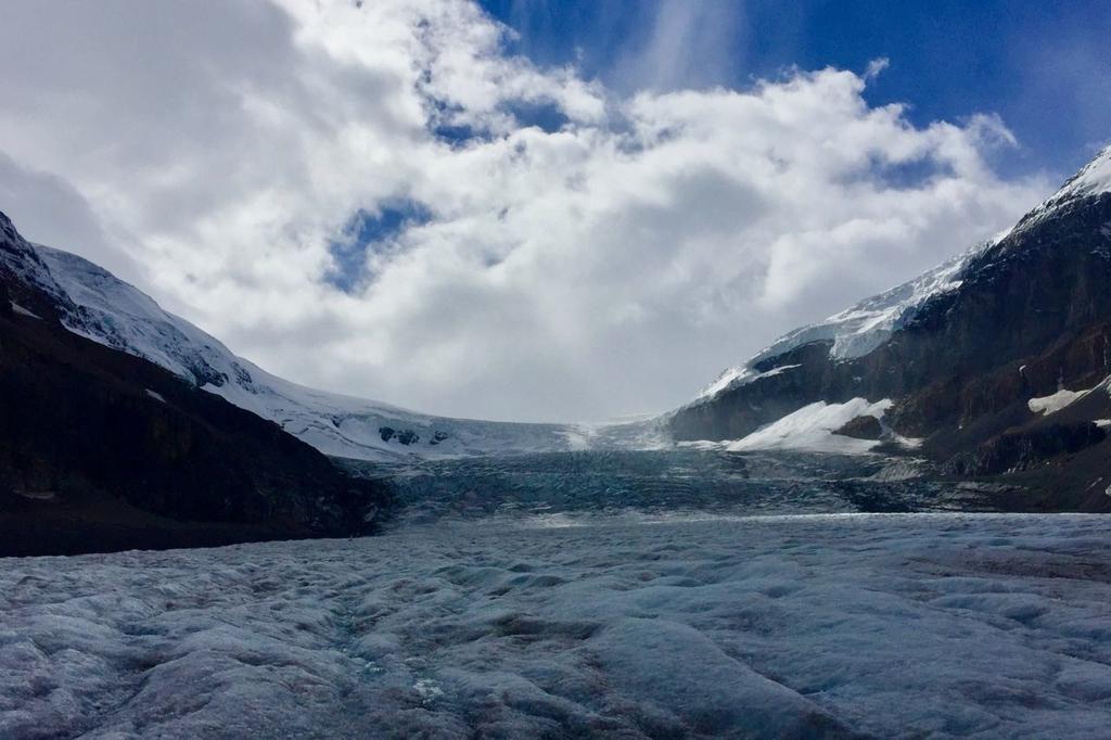 コロンビアアイスフィールドの氷河と向こうに見える雲。