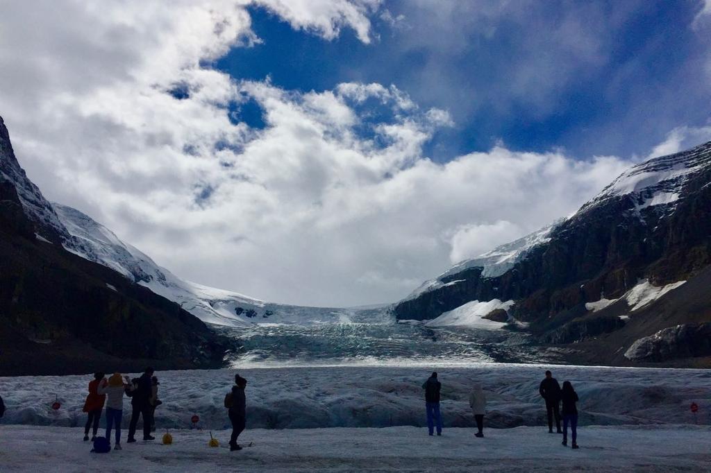 コロンビアアイスフィールドの氷河の上に立つ人々。