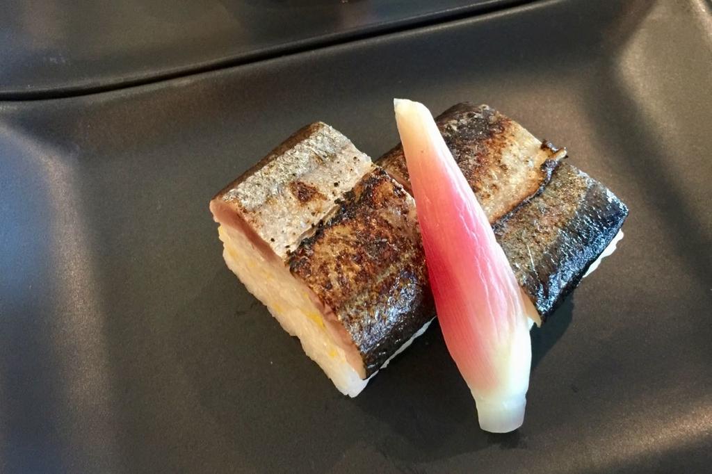 皮目が炙られた秋刀魚の棒寿司とミョウガの酢漬け