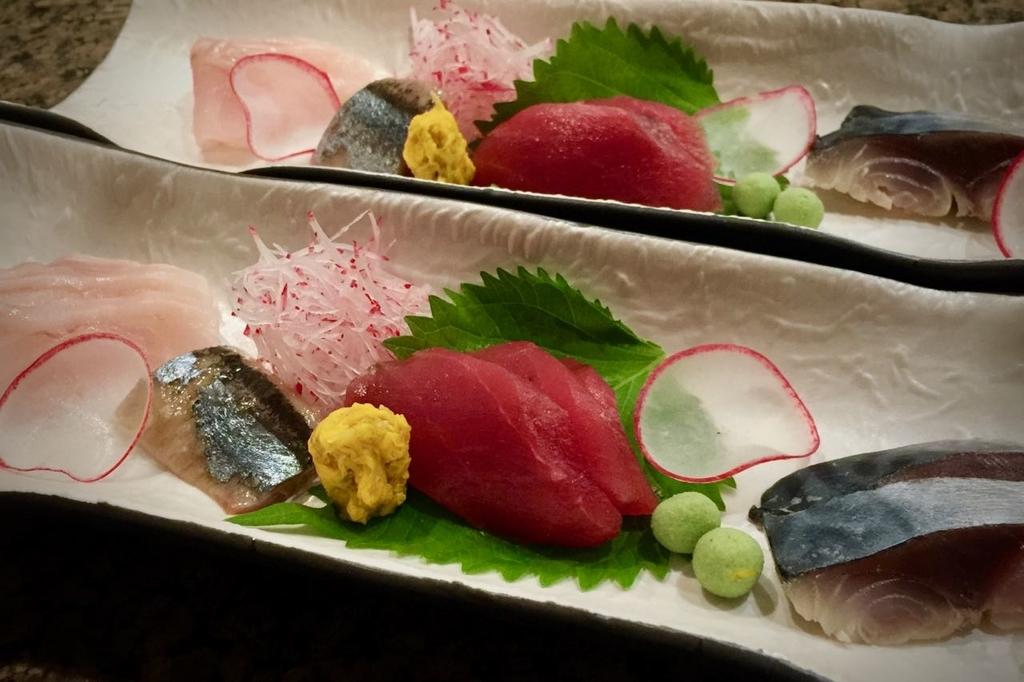 キンキ、秋刀魚、マグロ赤身、鯖が彩りよく盛り付けられたお刺身。