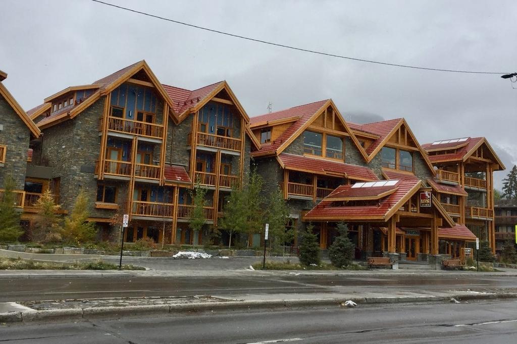 道路の向こう側に建つムースホテル。
