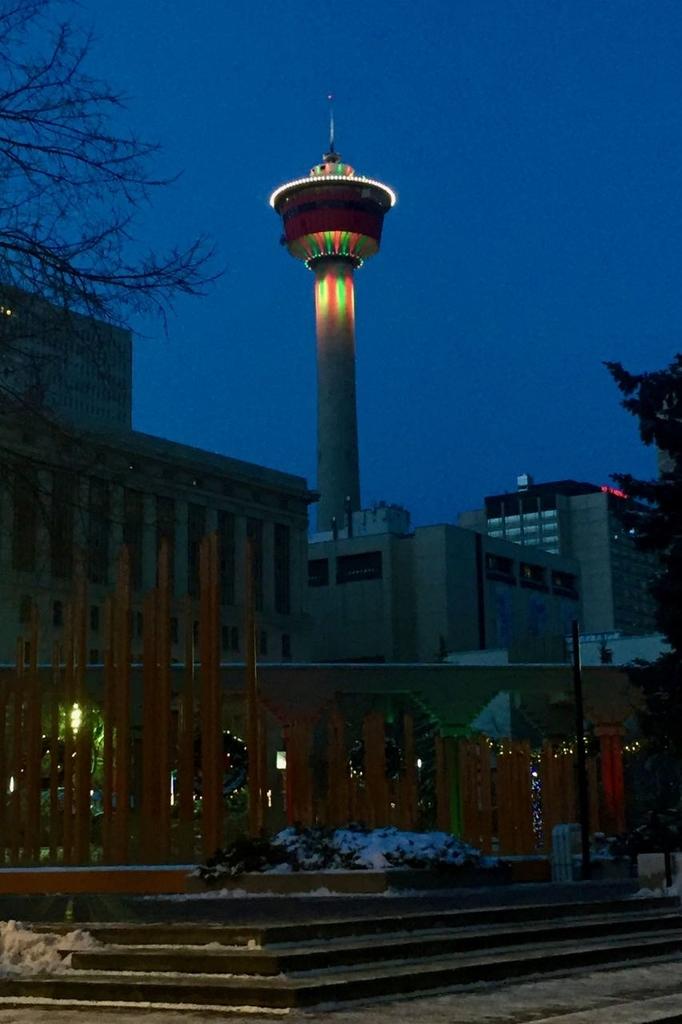クリスマスカラーにライトアップされたカルガリータワーが美しい。