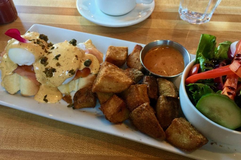 左からエッグベネディクト、フライドポテト、サラダがひと皿に盛られたMONKIのエッグベネディクトプレート。