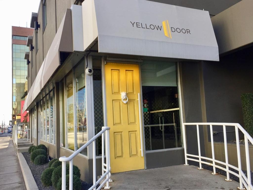 黄色いドアのあるレストラン