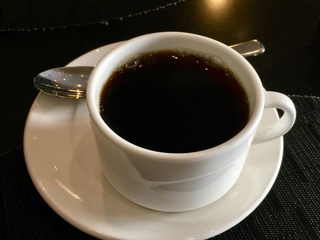 白いコーヒーカップになみなみと入っているブラックコーヒー