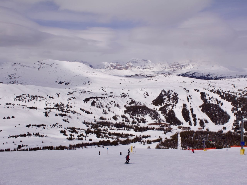 スキー場のコースとレストランやホテルの建物が見える