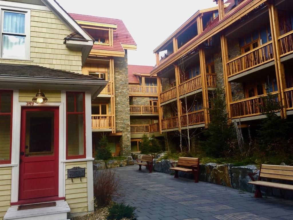 ムースホテルの中庭と各部屋のパティオ。奥にはアウトドアウォークが見える。