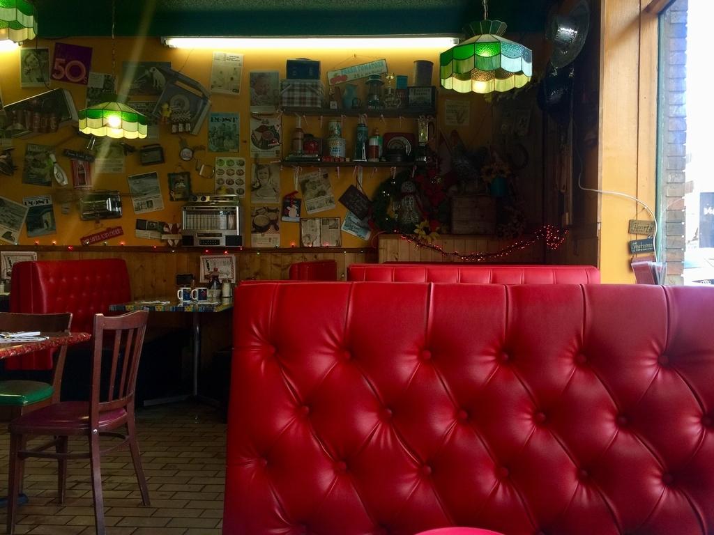 カルガリーのレストランネリーズコズミックカフェの真っ赤なシート