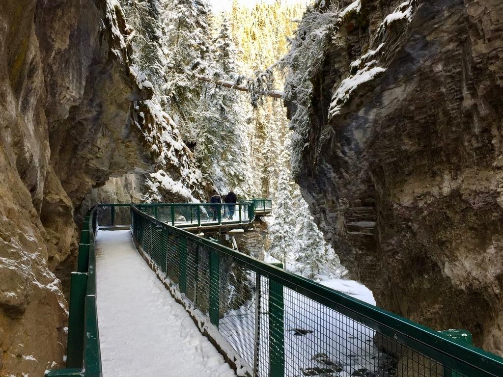 ハイキングコースは岩盤がむき出しの崖と川のわずかな隙間を通り抜けていく