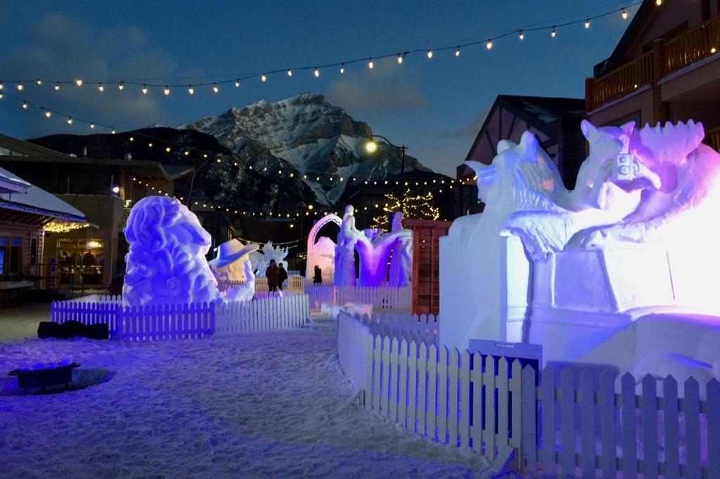 ライトアップされたバンフの雪像