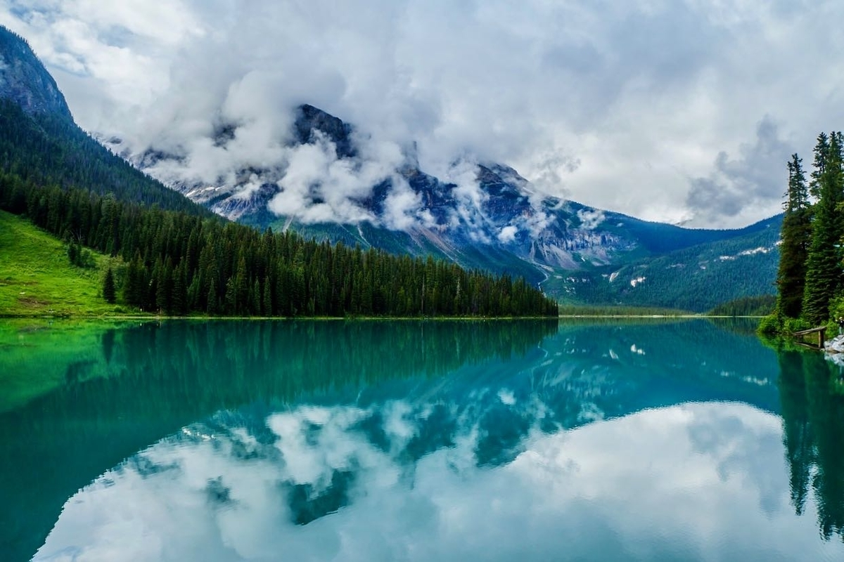エメラルドレイクと湖面に反射する山の木々