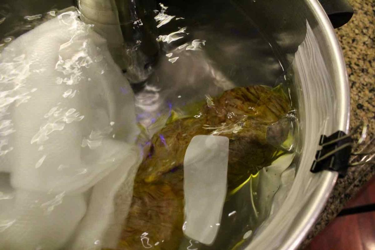 肉とオリーブオイルをジップロックに入れて真空してお湯に浸す