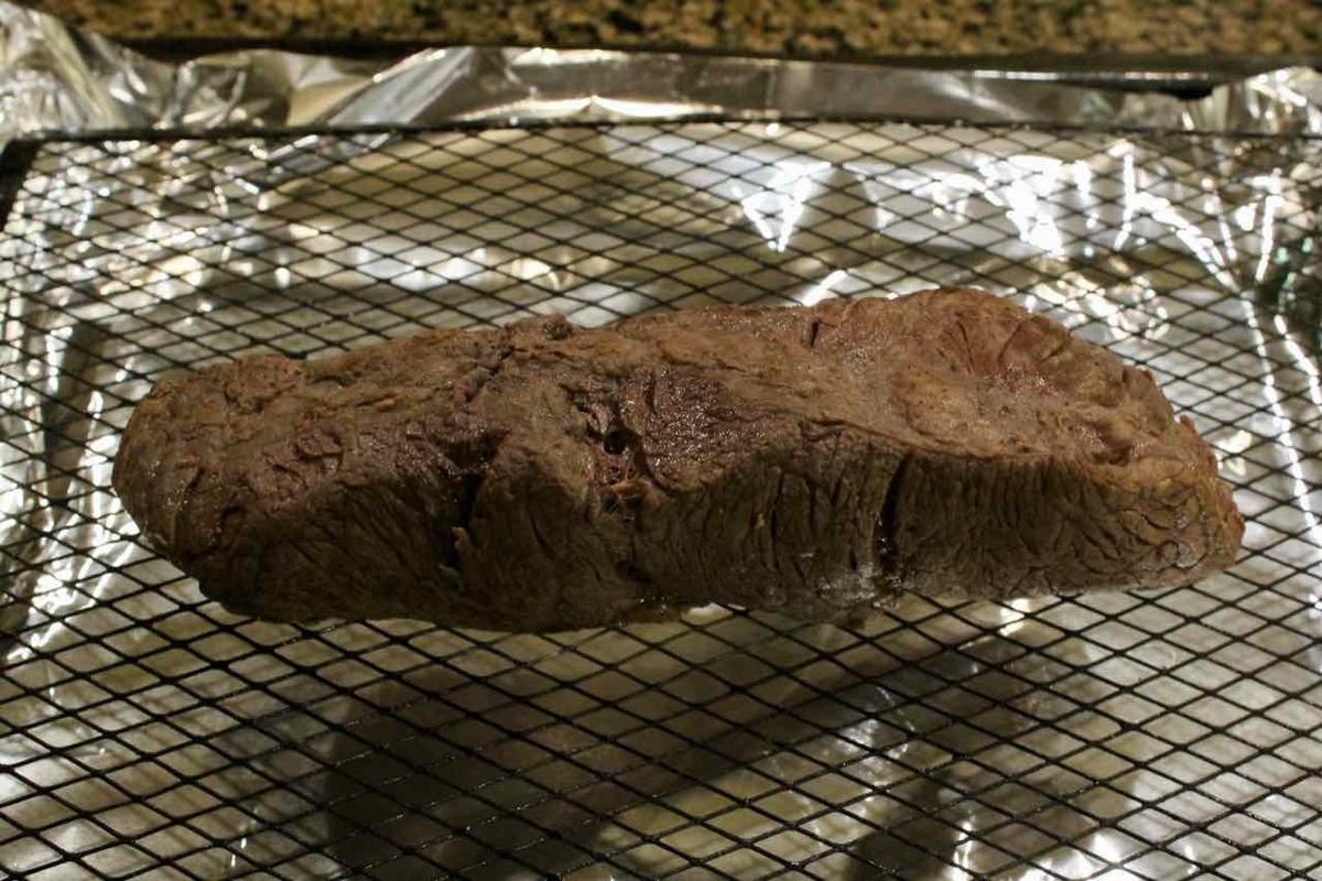オーブンの天板に焼き網をのせてその上に肉をたてて置く