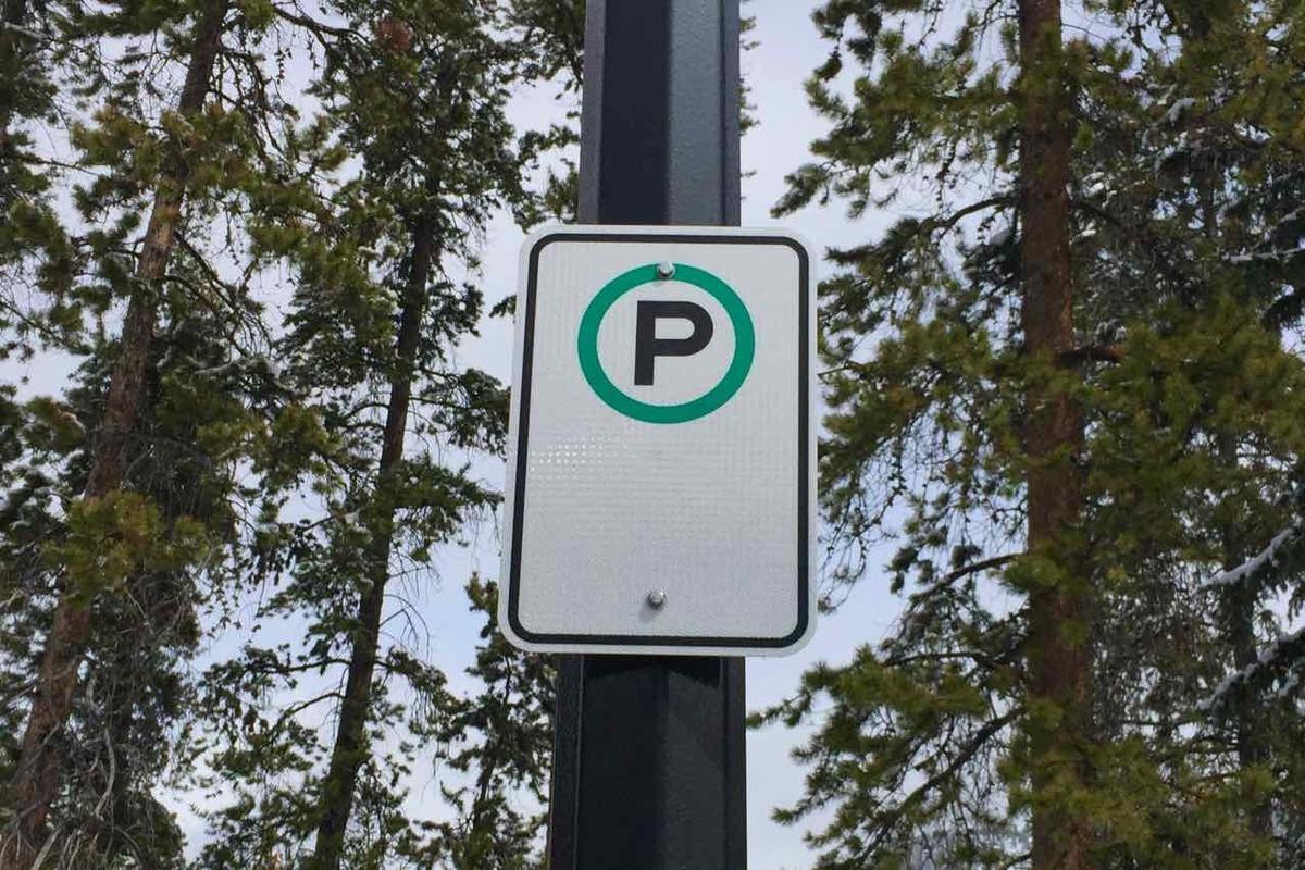 バンフの路上駐車標識