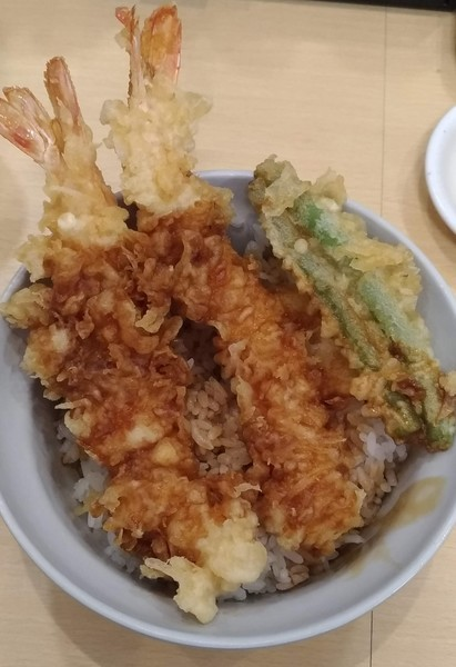 a bowl of rice topped with tempura