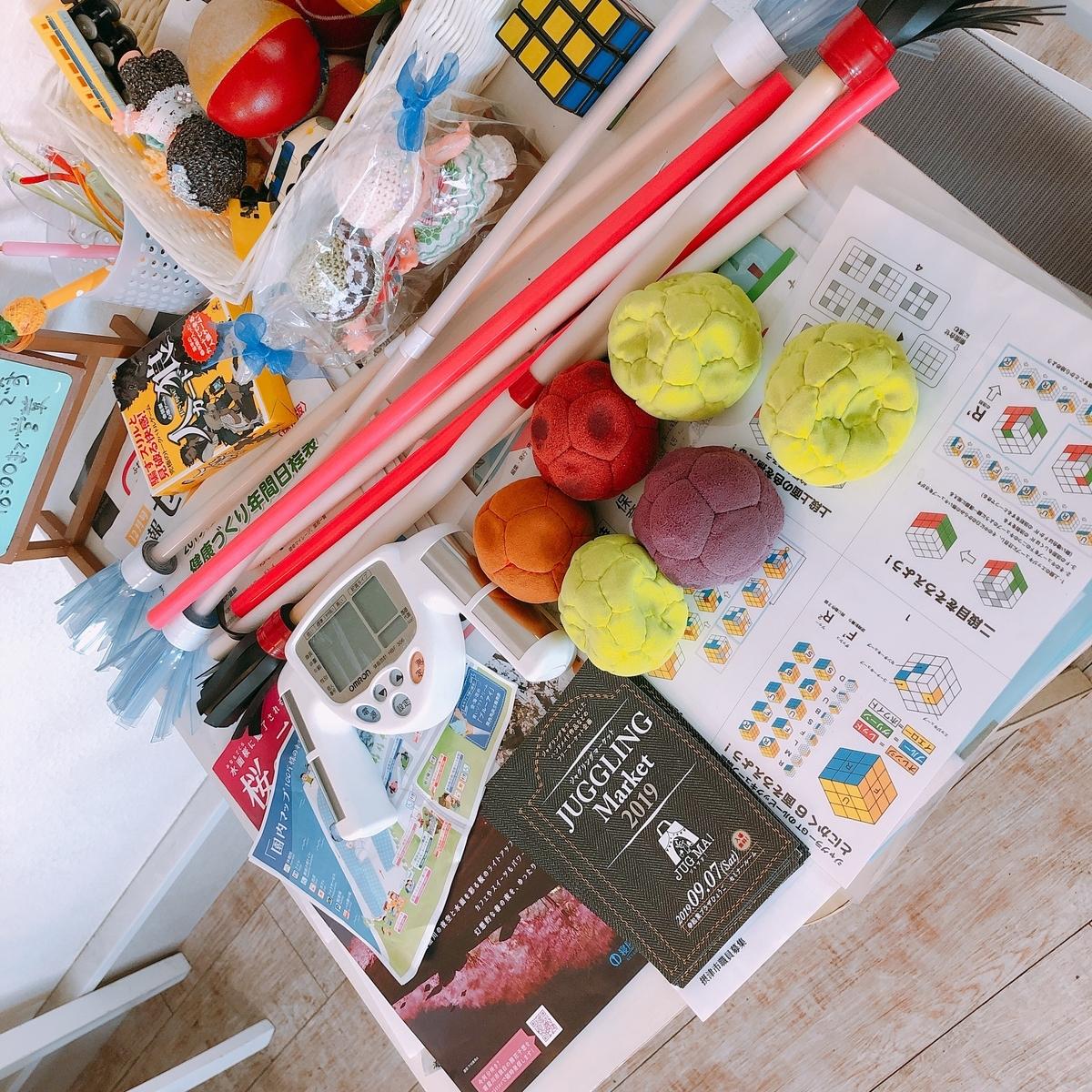 テーブル上のジャグリング道具