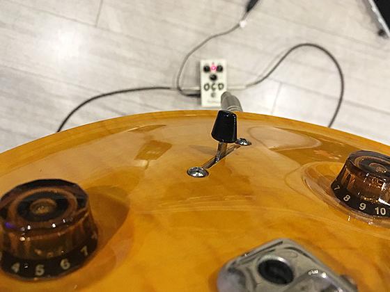 エレキギターのピックアップセレクターをセンターにした画像です