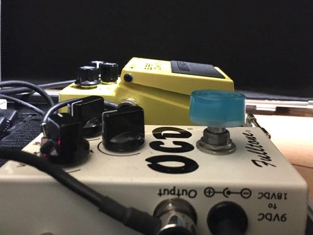 エフェクターにフットスイッチハットがついている横からの画像