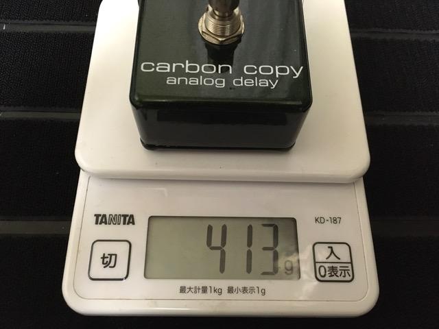 MXRのCarbon Copy Analog Delayを測りで重さを計測している画像