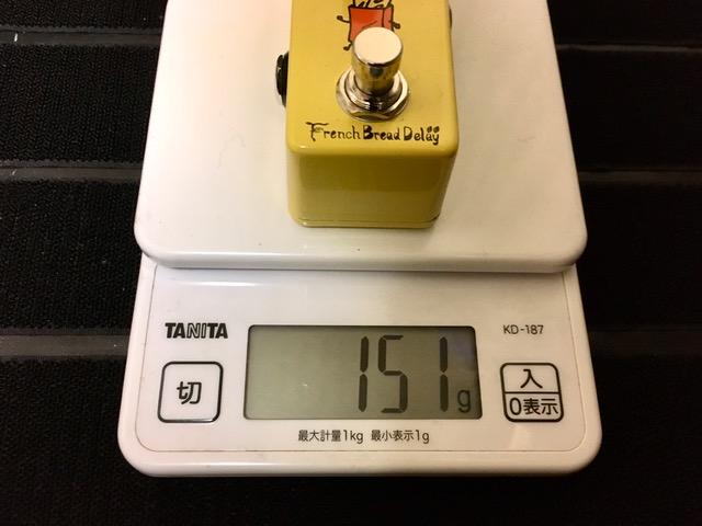 French Bread Delayを測りで重さを計測している画像