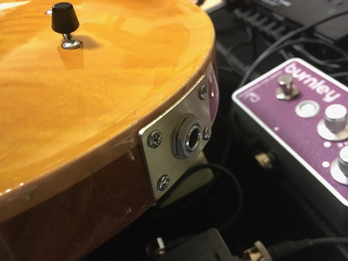 エレキギターにシールドがささっていない画像です。