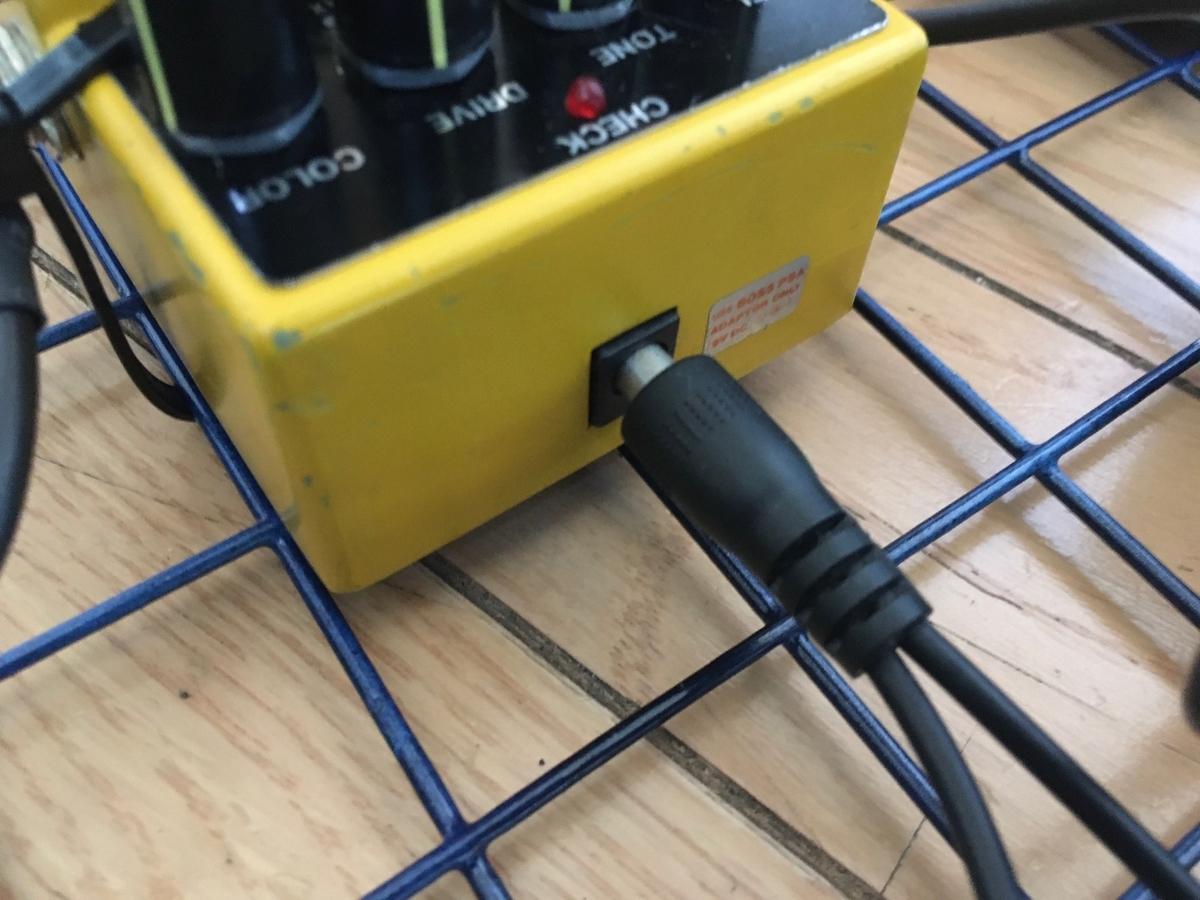 分岐ケーブルのストレート型がエフェクターにささっている画像です。