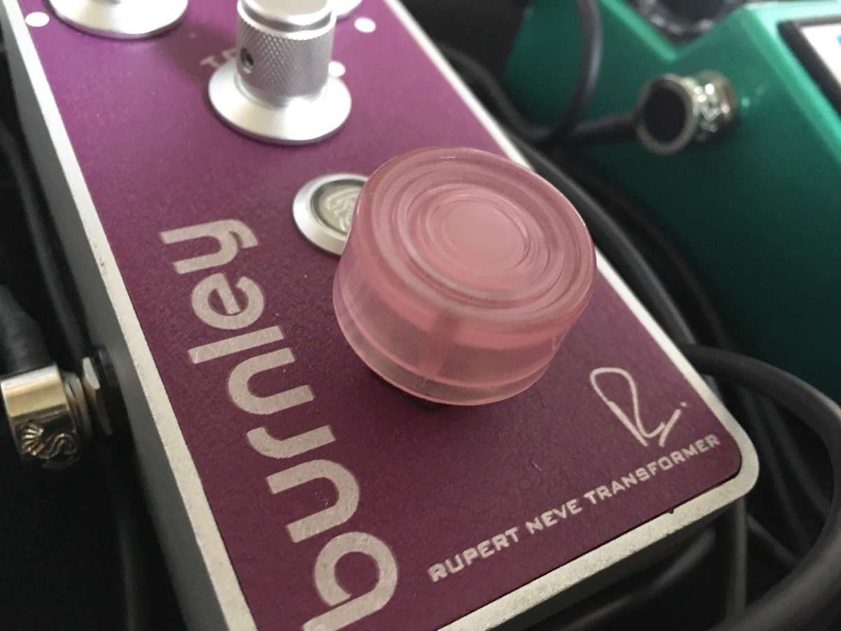 BognerのBurnleyにフットスイッチハットをつけた画像です。