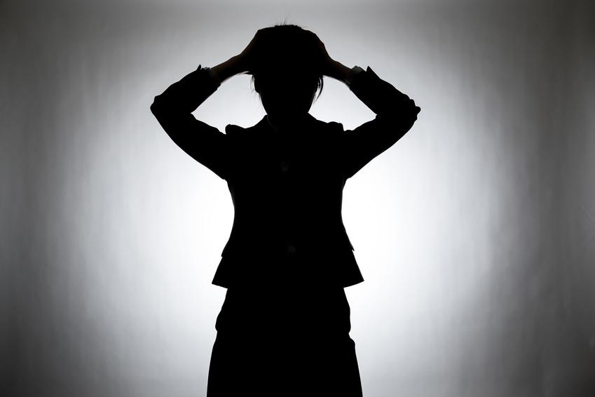 管理職を引き受けてしまったことに後悔…今からでも断るべき?【働く女性相談室】_悩む女性イメージ画像