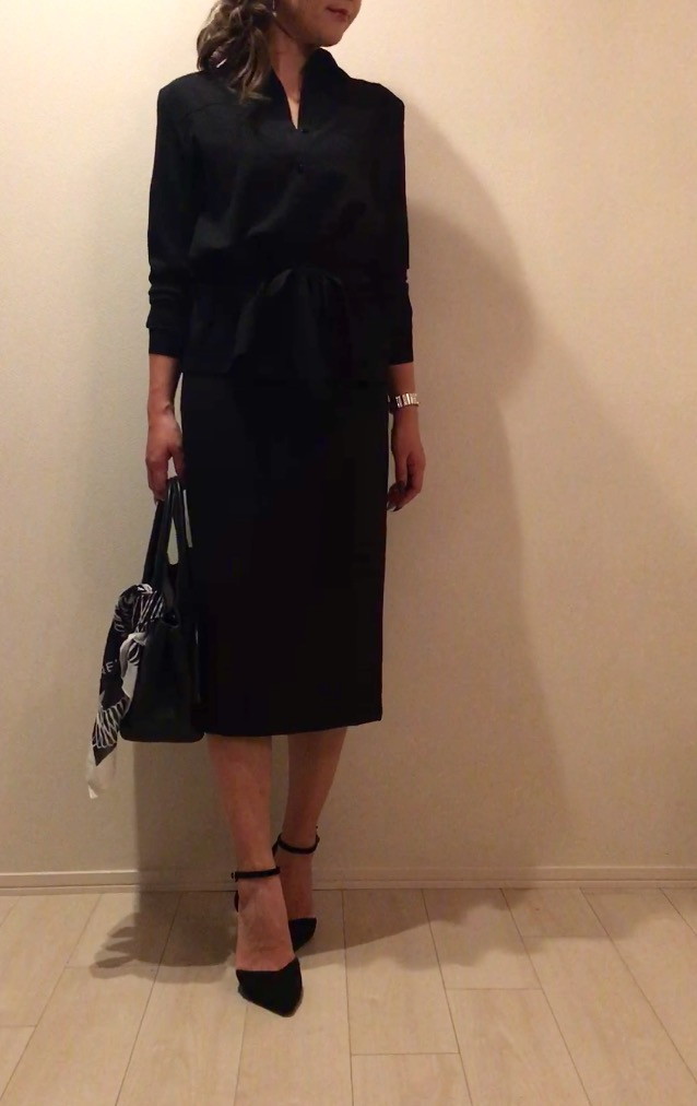 黒シャツ×黒スカートスタイル