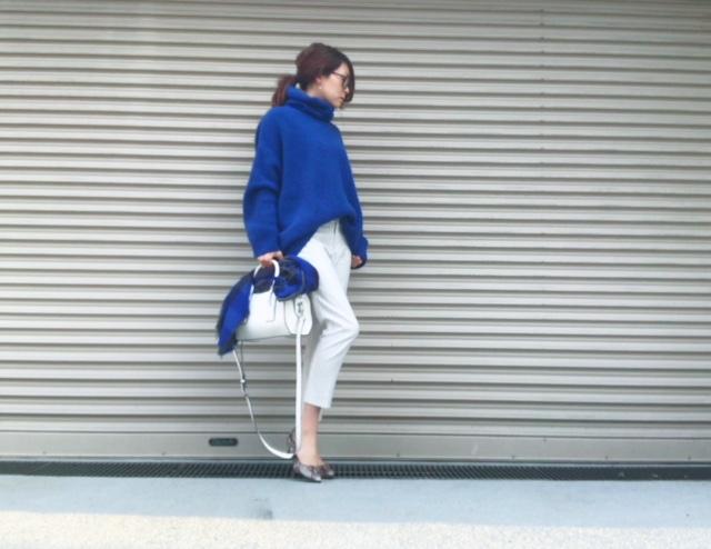 ブルーニット×白パンツコーデ