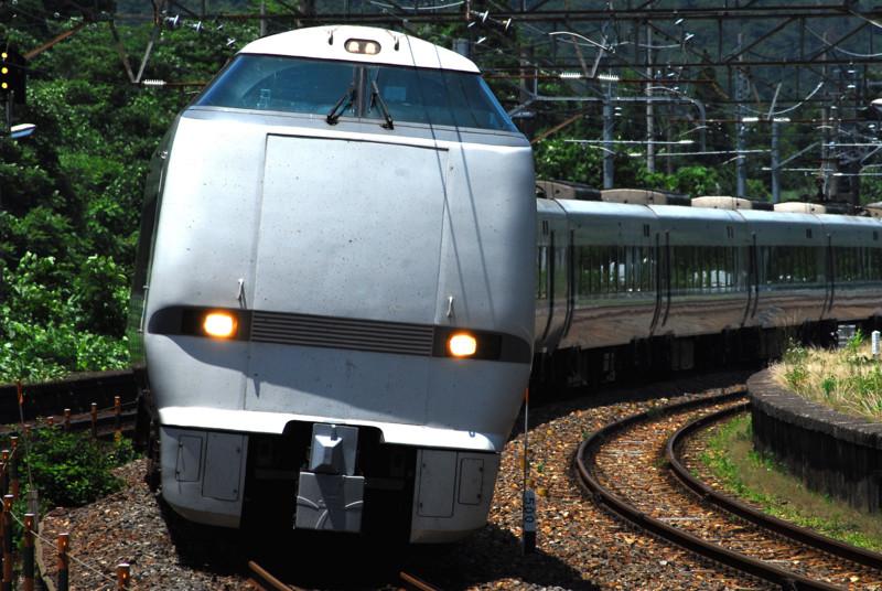 新疋田駅構内を疾走