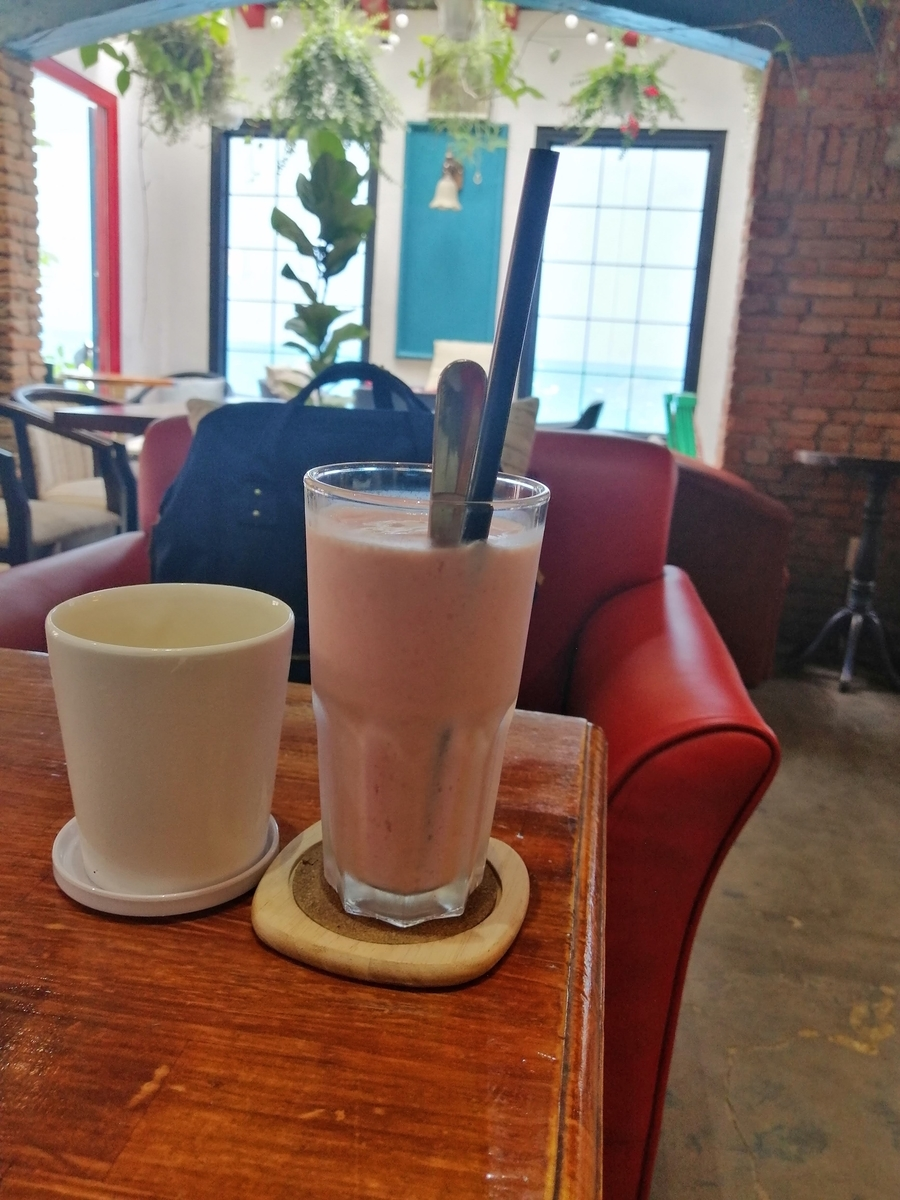 いちごスムージーとお茶の写真