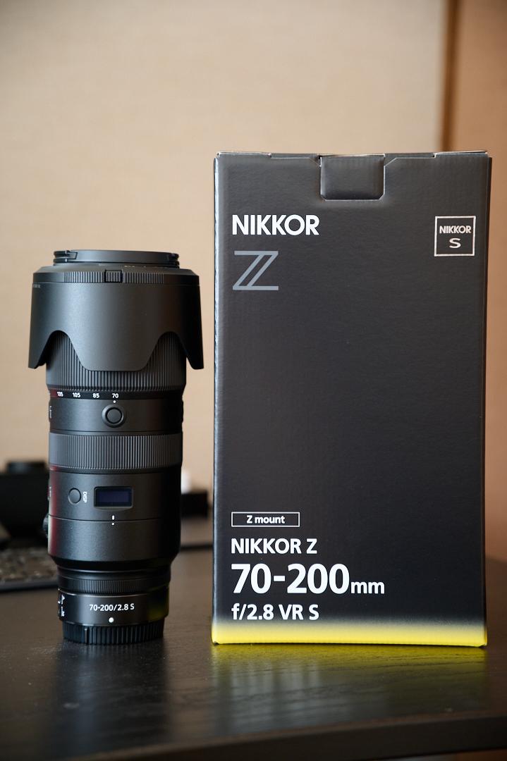 70-200mm f2.8レンズ。レンズ本体と外箱を並べて。