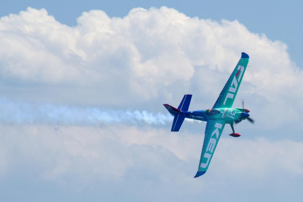 アムロに憧れてパイロットを目指した。だけど、ほぼ毎日「あきらめよう」と思っていた…ーーレッドブル・エアレース千葉大会2連覇を達成したパイロット・室屋義秀氏の仕事論(前編)