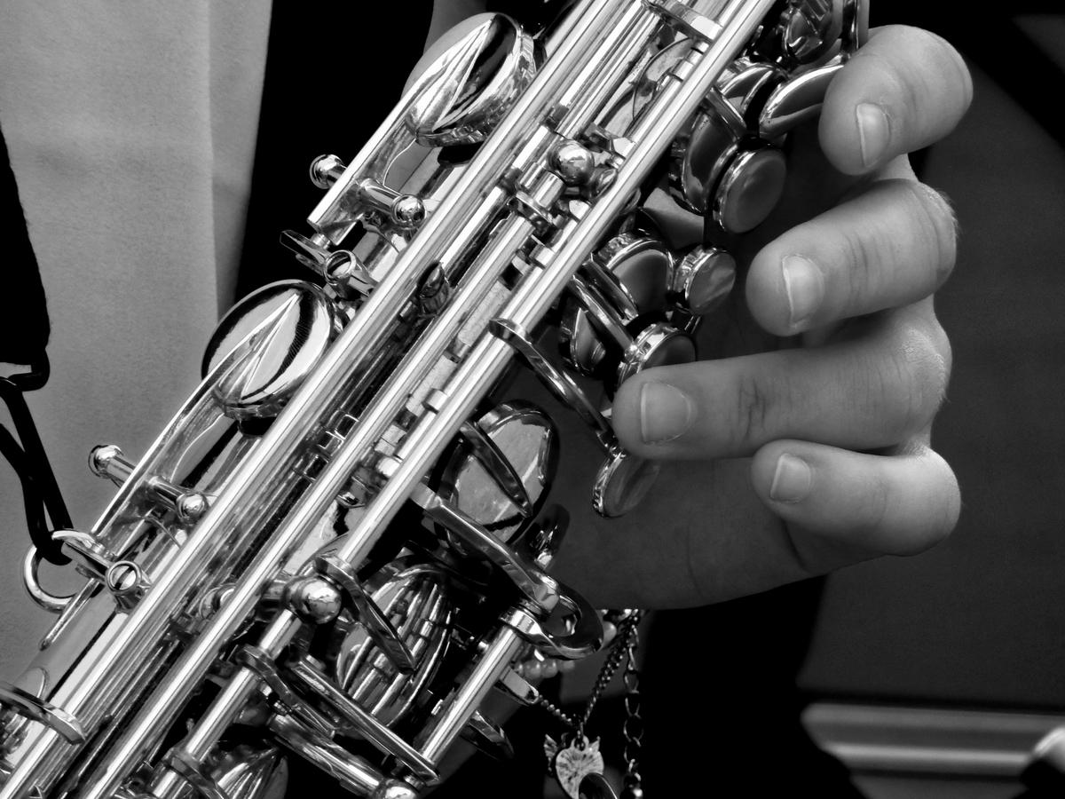 """<img src=""""sax.jpg"""" alt=""""ジャズを演奏するサックス奏者"""">"""