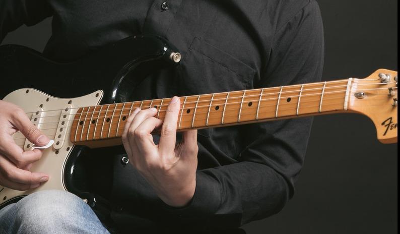 "<img src=""guitar.jpg"" alt=""エレキ・ギターを弾く"">"